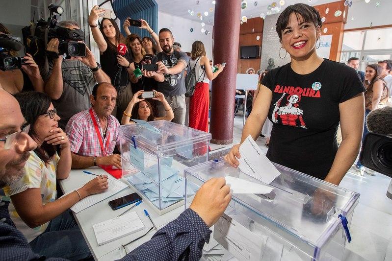 La líder de Podemos Andalucía, Teresa Rodríguez, ejerce su derecho al voto en el colegio La Salle-Viña de Cádiz, donde ha pedido que 'ningún voto progresista y de izquierdas se quede en casa' para así 'poder defender los derechos y esperanzas de los ciudadanos'. EFE/Román Ríos