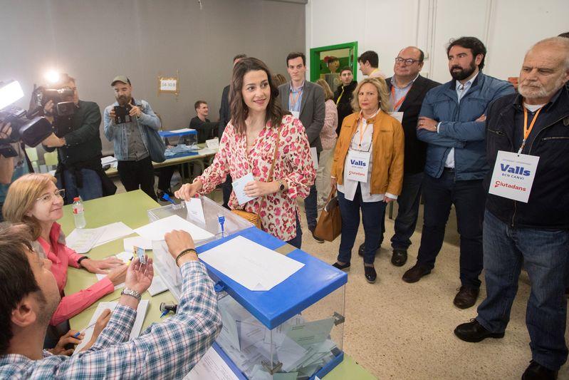 La líder de Cs en Cataluña y portavoz nacional del partido, Inés Arrimadas, vota en el colegio Ausías March de Barcelona. EFE/Marta Pérez