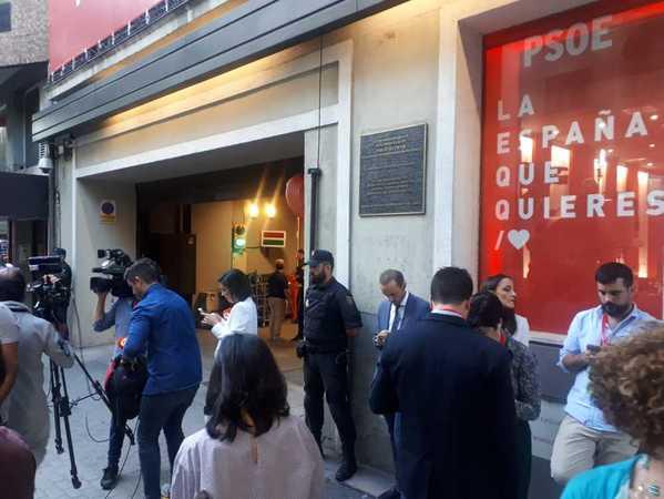 Los periodistas aguardan la llegada del presidente del Gobierno, Pedro Sánchez, junto a la entrada del garaje de Ferraz. La última en llegar a la sede ha sido la vicepresidenta en funciones, Carmen Calvo.EFE/Naiara Bellio.