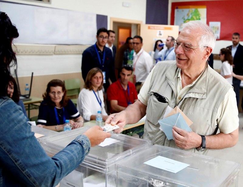 El candidato del PSOE a las elecciones europeas, Josep Borell, ha invitado a los ciudadanos a acudir este domingo a las urnas y ha destacado la importancia que tienen los comicios europeos porque en la UE se va a decidir el futuro de todos. EFE/Javier López Hernández