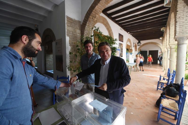 El ministro en funciones de Agricultura, Pesca y Alimentación, Luis Planas, ejerce su derecho al voto en Córdoba, hoy 26 de mayo en el que coincide en Andalucía las elecciones municipales y al Parlamento europeo.EFE/Rafa Alcaide