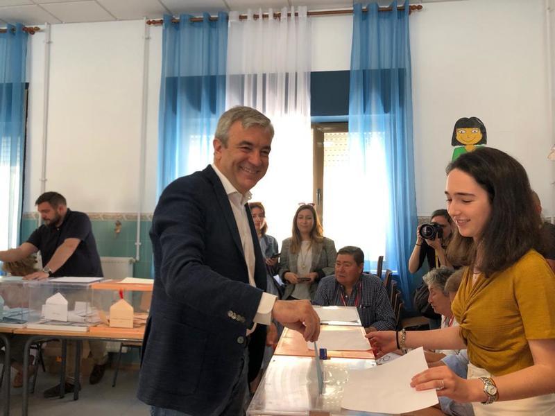 El candidato de Ciudadanos a las europeas,  Luis Garicano, vota en el colegio Fernando El Católico de Madrid, con mucha afluencia de público. EFE/Belén Escudero