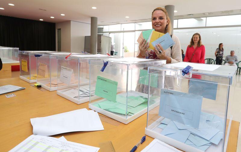 La candidata de Podemos a presidenta de Canarias, Noemí Santana, muestra en un colegio de Las Palmas los cinco sobres que los electores tienen que depositar en las Islas Canarias, ya que se suman la doble circunscripción insular y autonómica al Parlamento regional y las elecciones a los cabildos.      EFE/Elvira Urquijo A.