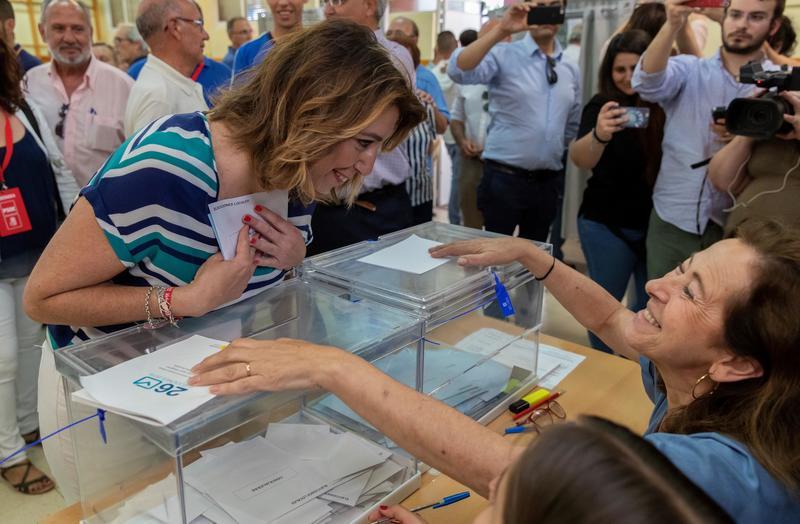 La secretaria general de los socialistas andaluces, Susana Díaz, conversa con la presidenta de la mesa mientras ejerce su derecho al voto en las elecciones municipales y europeas hoy en un colegio electoral del sevillano barrio de Triana. EFE/Julio Muñoz