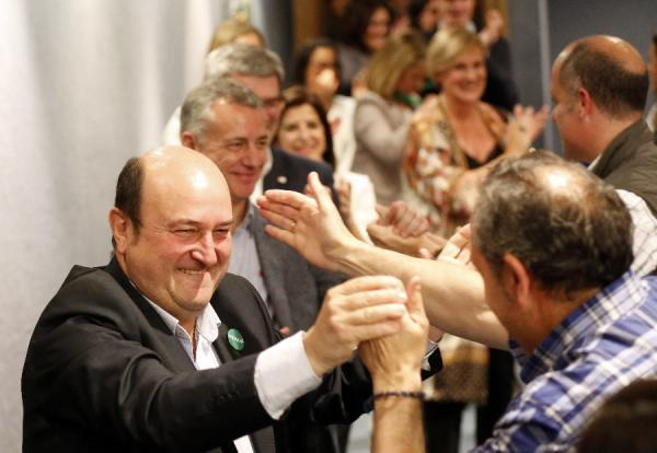 El PNV gana en Vitoria por primera vez desde 1995. Gana en Álava, y seguirá gobernando en Bilbao. En la imagen, el presidente del PNV, Andoni Ortuzar, celebra los resultados esta noche en la sede social del partido en Bilbao. EFE/Luis Tejido.
