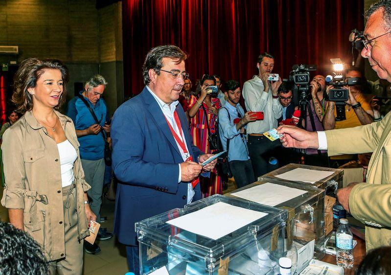 El candidato del PSOE a la Presidencia de la Junta de Extremadura, Guillermo Fernández Vara, ejerce su derecho a voto en su localidad natal, Olivenza. EFE/Jero Morales
