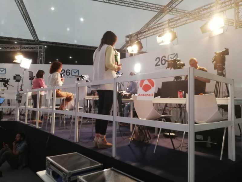 Las televisiones, preparadas para los directos de los informativos en Ifema a media hora de que se conozcan los primeros datos de participación. EFE/María Traspaderne