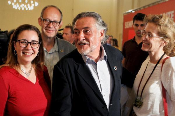 El candidato del PSOE a la alcaldía de Madrid, Pepu Hernández, sigue en el Círculo de Bellas Artes de Madrid los resultados electorales. Con casi el 18 % escrutado, lograría 11 ediles. Detrás, el PP con 12 concejales y Ciudadanos con 10. Vox lograría 4. Pero aún queda mucho recuento. EFE/Paolo Aguilar