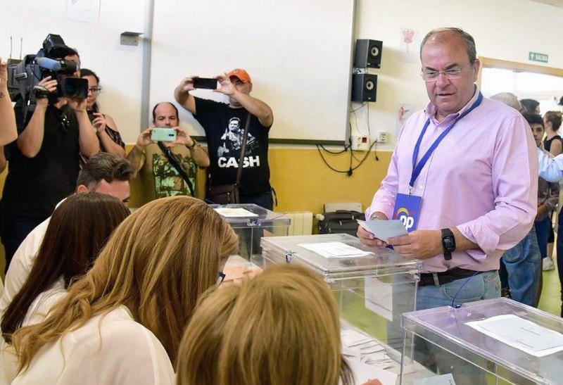 El candidato del PP a la Presidencia de la Junta de Extremadura, José Antonio Monago, ejerce su derecho a voto en el colegio público de Las Vaguadas (Badajoz). EFE/Foto cedida por el PP