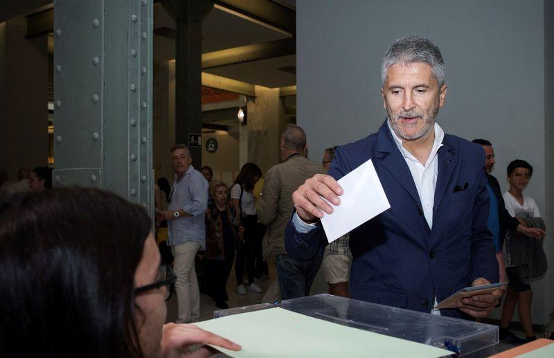 También ha votado ya el ministerio del Interior en funciones, Fernando Grande-Marlaska, después de supervisar el dispositivo de seguridad de la jornada electoral. EFE/Luca Piergiovanni