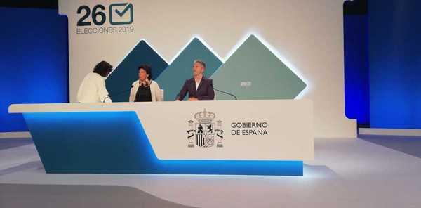 La ministra portavoz y el ministro del interior supervisan el escenario y altura de sus sillas (Informa Laura Camacho desde el centro de datos)