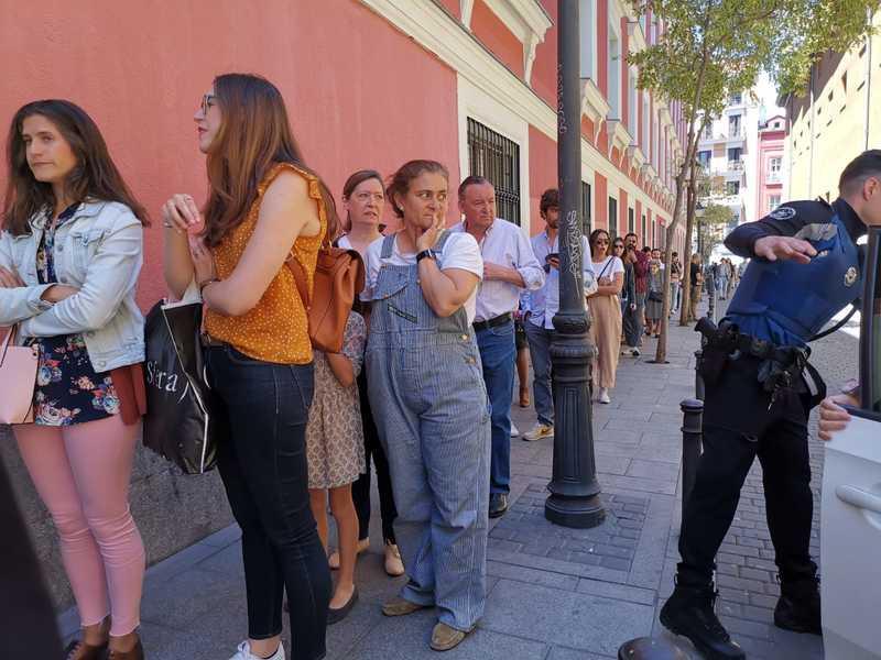 Electores haciendo cola en el IES Lope de Vega, donde ha votado la candidata del PP a la Comunidad de Madrid, Isabel Díaz Ayuso. EFE/Pepi Cardenete