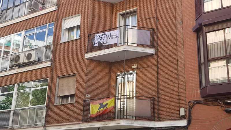 Un balcón en Madrid con la bandera de España y la banderola de Más Madrid. Los sondeos señalan que el bloque de la derecha y el de izquierdas están empatados tanto en la Comunidad como en la ciudad de Madrid. EFE/María López