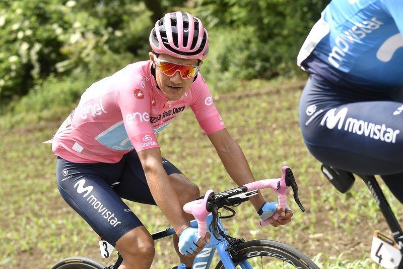 Carapaz tiene hoy la primera prueba donde defender la flamante maglia rosa que se vistió ayer