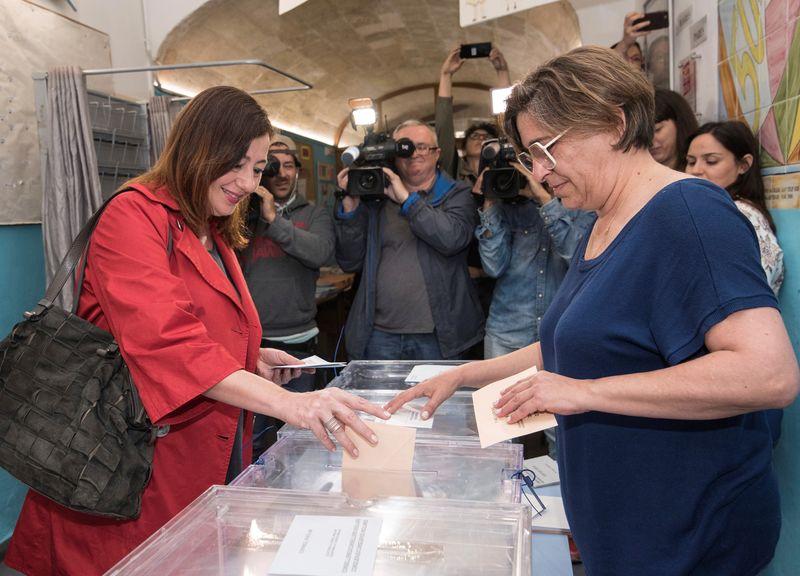 La actual presidenta del Govern Balear y candidata socialista al Govern Balear , Francina Armengol, ha votado pasadas las 10.00 horas en el Colegio Sant Felip Neri, en el centro de Palma. EFE / Atienza