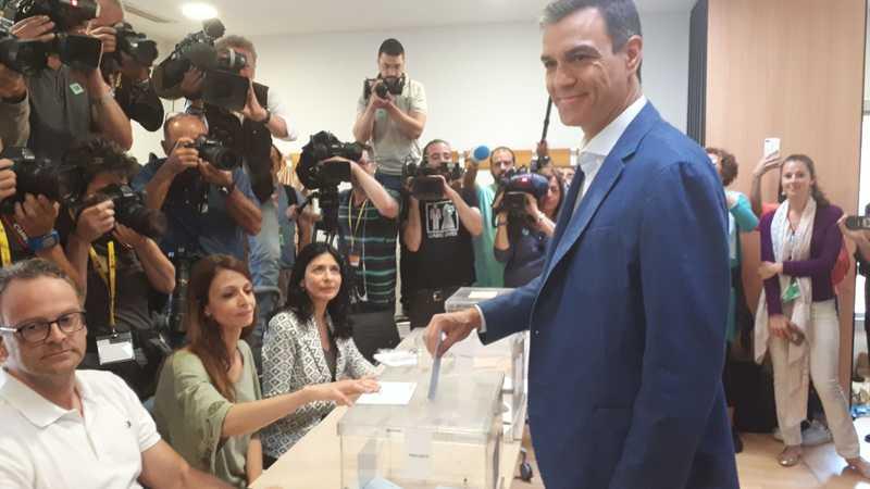 El presidente del Gobierno en funciones vota en una mesa del Centro Cultural Volturno, en Pozuelo de Alarcón (Madrid). EFE/Ana Rodrigo