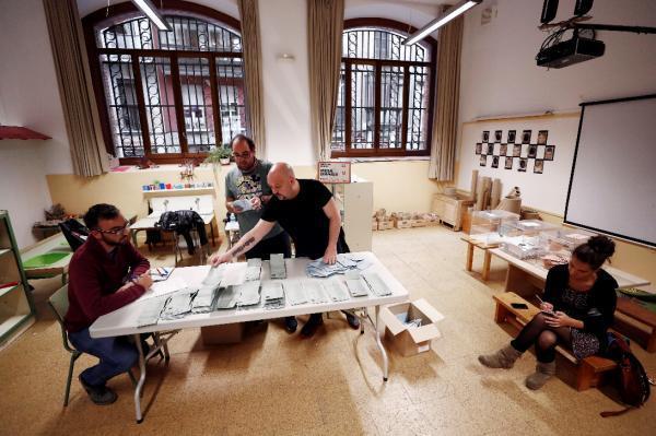 El PSOE gana las elecciones municipales en el conjunto de España con un 30,99 por ciento por ciento de los votos, seguido del PP con el 20,92 por ciento, según los primeros datos de recuento real con el 9,95 por ciento de los votos escrutados (Imagen del recuento en una mesa electoral de Jesús Diges EFE).