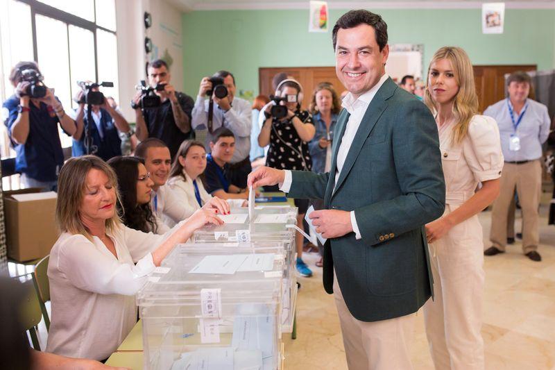 El presidente del PP andaluz y presidente de la Junta de Andalucía, Juanma Moreno, acompañado de su esposa, ejerce su derecho al voto en el colegio Sagrado Corazón de Málaga, hoy 26 de mayo en el que coinciden en Andalucía las elecciones municipales y al Parlamento europeo EFE/Carlos Díaz