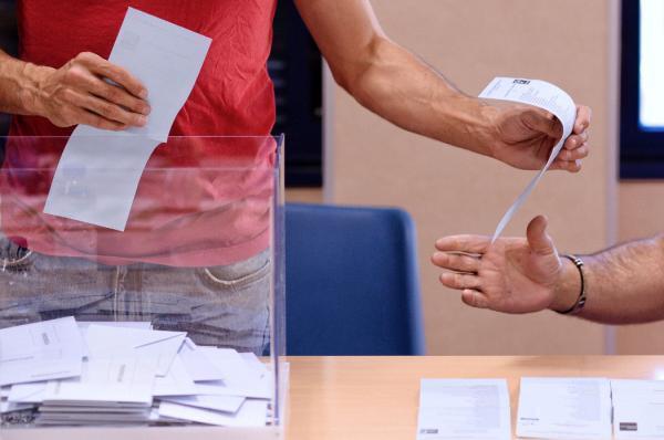Los doce parlamentos autonómicos se constituirán a partir del 11 de junio, los más madrugadores, y previsiblemente antes del día 30 el resto. Momento del recuento de los votos en un colegio electoral de Valladolid, al término de la jornada electoral en este domingo de comicios municipales, autonómicos y europeos. EFE/ Nacho Gallego