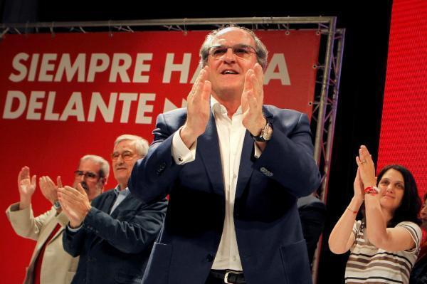 El candidato del PSOE a la Presidencia de la Comunidad, Ángel Gabilondo, tratará de buscar una mayoría para formar gobierno como ganador de las elecciones autonómicas, pese a que el bloque PP, Ciudadanos y Vox habría obtenido mayoría absoluta en las elecciones. (EFE/Paolo Aguilar)