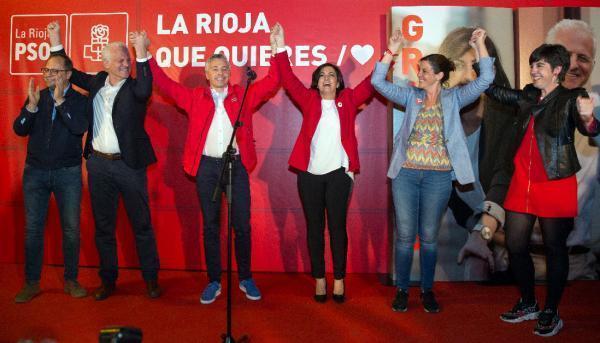 La candidata electa del PSOE a la Presidencia de La Rioja, Concepción Andreu, y el candidato a la Alcaldía de Logroño, Pablo Hermoso de Mendoza, han ganado las elecciones en Logroño y La Rioja. Andreu se ha comprometido a gobernar para todos los riojanos. EFE/Raquel Manzanares