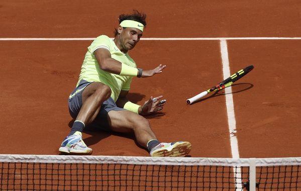Un pequeño susto se ha llevado Rafa Nadal al sufrir un resbalón. Lo que más puede temer en París es un problema físico serio. Ya se retiró en 2016 por una lesión de muñeca FOTO: EFE