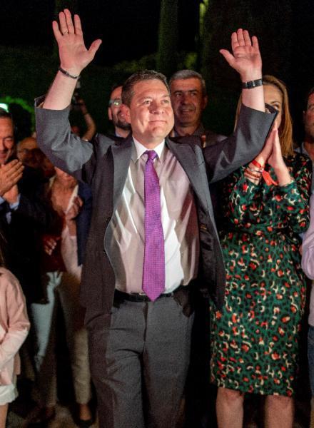 El candidato socialista a la presidencia de Castilla-La Mancha Emiliano García Page celebra los resultados electorales, con los que ha conseguido la mayoría absoluta, esta noche en Toledo. EFE/Ismael Herrero