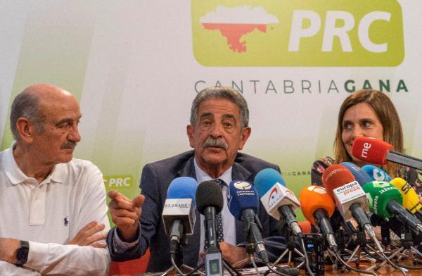 El candidato del PRC a la presidencia de Cantabria, Miguel Ángel Revilla, valora los históricos resultados de su partido. EFE/Román Aguilera