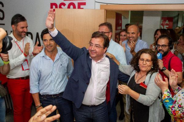 El candidato del PSOE a la Presidencia de la Junta de Extremadura, Guillermo Fernández Vara, a su llegada a la sede socialista en Mérida tras conocerse su victoria electoral. EFE / Jero Morales.