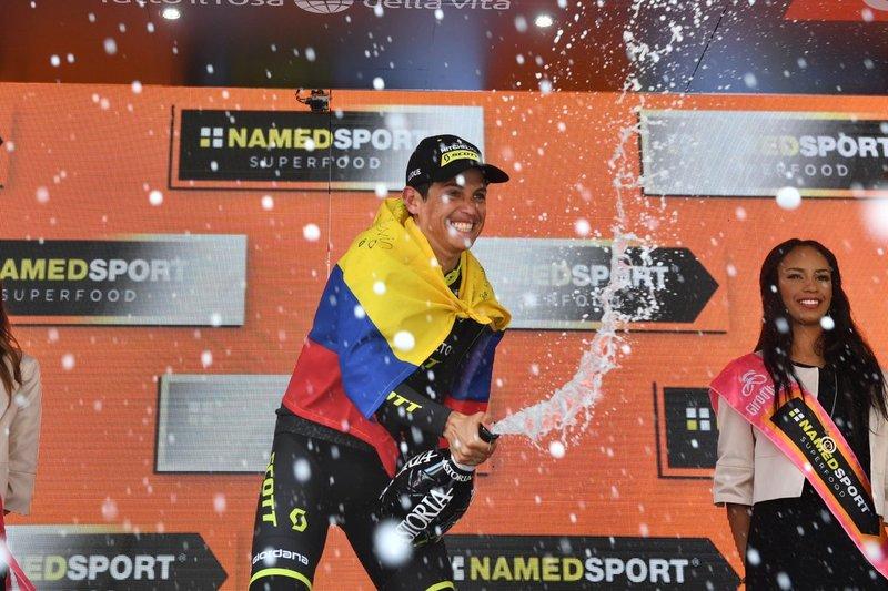 La felicidad de Chaves en el podio del Giro de Italia
