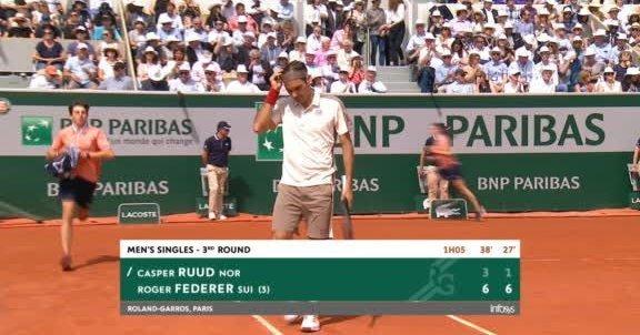Federer arrollando a Ruud en la Pista Suzanne Lenglen