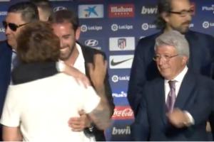 Griezmann y Burgos le dan un abrazo sentido.