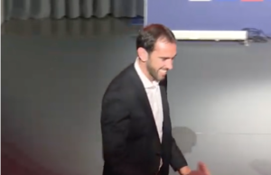 Acaba de acceder a la sala acompañado de Enrique Cerezo.