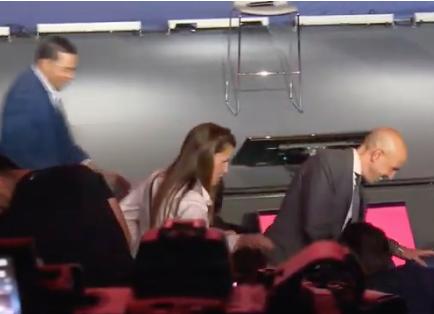 Sus familiares también están presentes en el estadio para este emotivo día.
