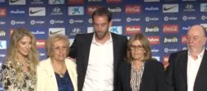 Con su familia.