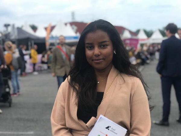 Nadia Said, 20 år från Solna kom till Järvaveckan för att söka jobb. - Det verkar vara en bra plattform för att möta alla möjliga människor och hitta nya möjligheter, säger hon.  Enligt arrangören ska det finnas 2000 jobb att söka på det lokala jobbtorget på området.