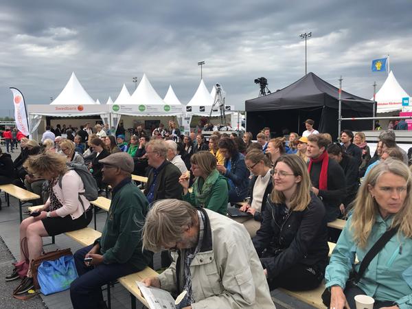 Just nu har många samlats framför stora scenen där det pågår ett samtal om hållbara städer och samhällen.