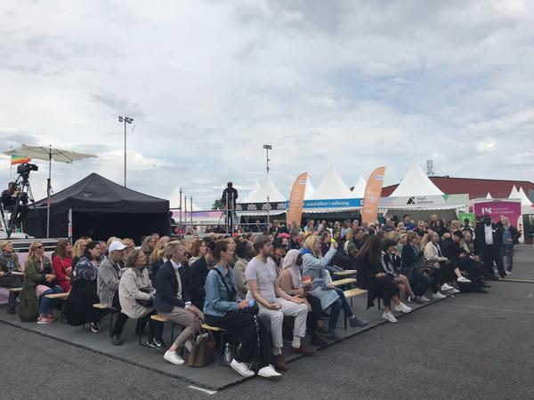 Det är fullt på bänkarna framför stora scenen när Järvaveckan invigs. Arrangören, den ideella stiftelsen The global village hoppas på besöksrekord även i år.