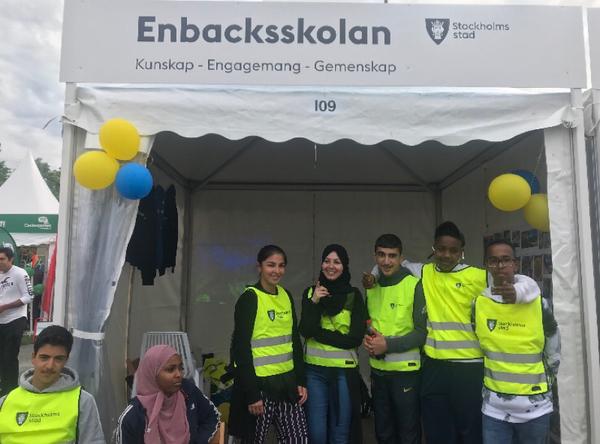 Elever från Enbacksskolan i Tensta är på plats på Järvaveckan för att söka praoplatser.
