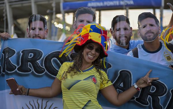 Grande atmosfera fuori dallo stadio: si gioca all'Arena Fonte Nova, a Salvador de Bahia