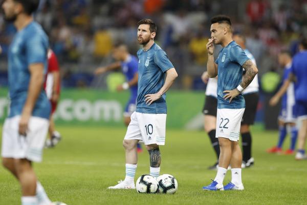 Ahí está, Leo Messi calentando antes del partido. (Foto: AP)
