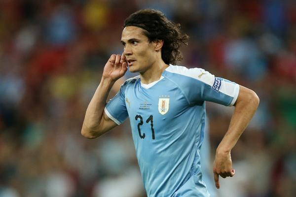 Cavani celebra su gol a Chile.