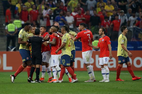 Imagen de la tángana que ha habido entre Alexis Sánchez y Yerry Mina.