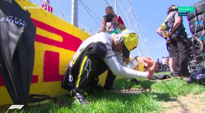 Ricciardo calentando antes de subirse al coche.