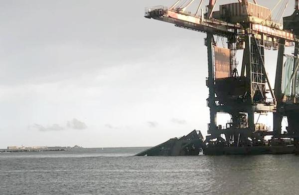 A Taranto a causa delle forti raffiche di vento una gru è caduta in mare: un disperso