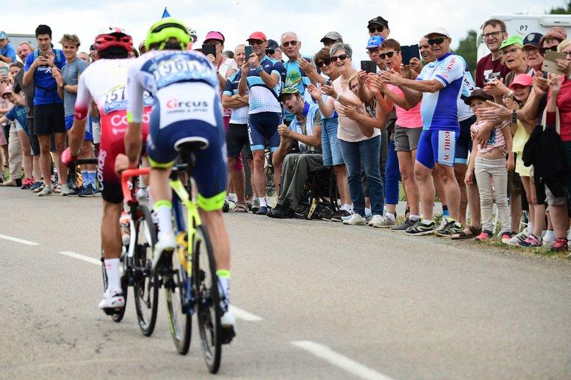 EL PÚBLICO animando a los dos escapados del día en el Tour de Francia