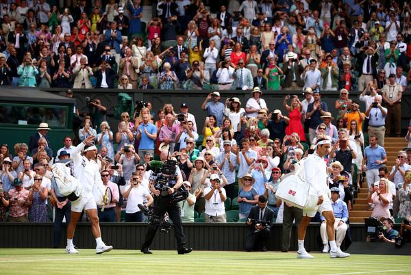 Roger Federer y Rafa Nadal, entrando en la 'Catedral' del tenis mundial FOTO: GETTY