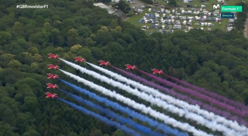 Los cazas de la Royal Air Force sobrevuelan el circuito, dejando en el aire los colores de la Union Jack