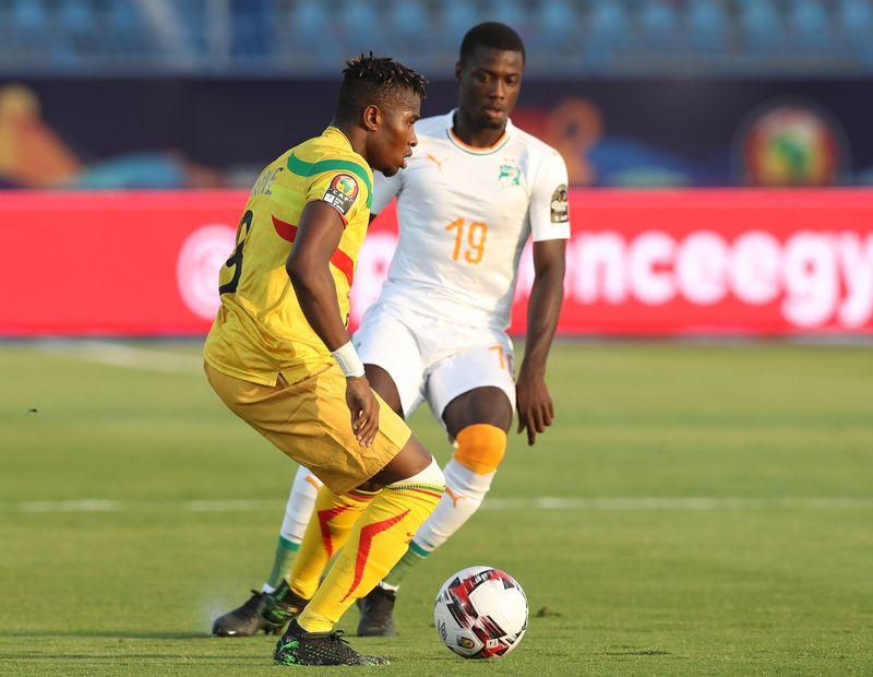 Pépé. con Costa de Marfil, en pugna en la Copa de África con Youssou Koné, de Mali