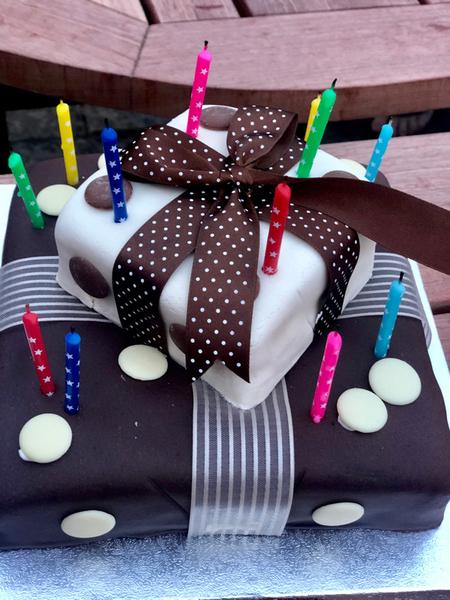 L'11 luglio, giovedì, Fabio (il cameraman che mi segue tutti i week-end) ha compiuto 50 anni!!! Questa la sua torta (divisa con Scudo, nato anche lui in questi giorni)<br>AIGURIIIII😘